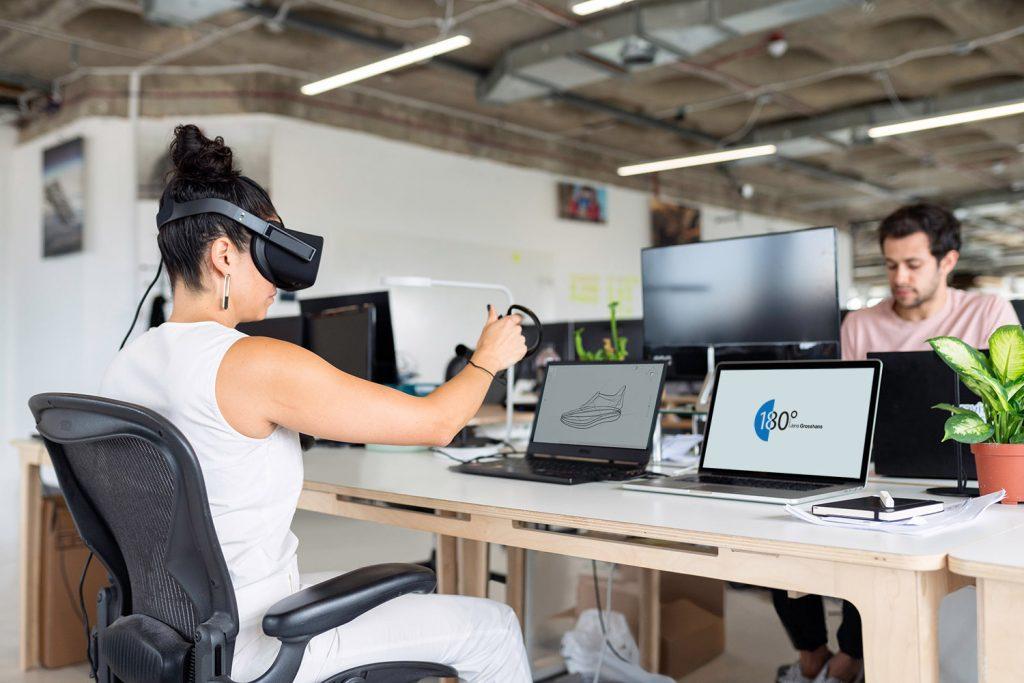 Buero mit zwei Personen eine davon mit VR-Brille